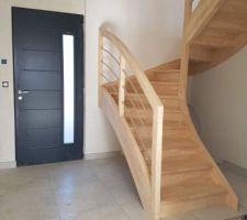 Hier, l'escalier a été posé; je suis plutôt contente du résultat, il sera vitrifié samedi