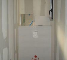 Le WC avec la future niche qui sera accessible depuis la douche !