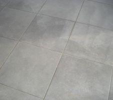 Le carrelage du sol mis dans toute la maison... c'est groove gris clair de chez Decoceram à la Garde (83)