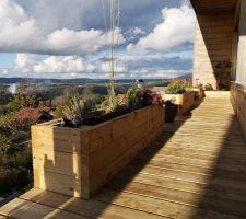 Nouvelle terrasse sur notre coursive avec jardinière intégrées en mélèze