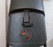 Une photo d'un Jotul Combifire 4B, poêle à bois conçu en 1964 ! et oui, il est inspiré des statues de l'Ile de Pâques Nous en avons un, acheté à un couple d'anglais installés en Bretagne qui repartaient en UK pour cause de Brexit.  Problème rencontré : sortie de fumée extérieure en 8' ... soit un peu plus de 20 cm.