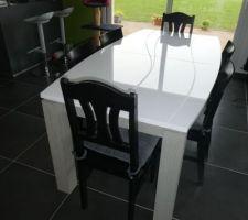 La table à manger avec vue sur le bar