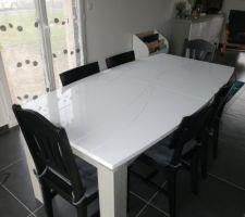 La table à manger avec vue sur le salon et buffet en arrière plan