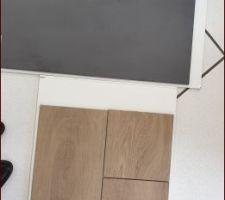Choix du carrelage : gris pour les escaliers et imitation parquet pour toutes les pièces de vie.