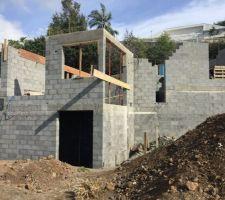 Le gros oeuvre avance bien, le constructeur est réactif et les maçons sont efficaces et motivés.