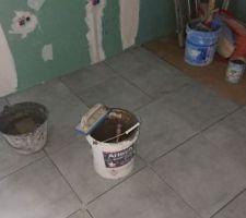Concrete Light Grey nat 45 x 45 cm, de la marque Piegremmes U4 P4 E3 C2 plus gris que le Standfocus contract, couleur tortora de la marque Ceramiche Pieme en bas à gauche dans l'angle