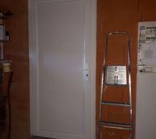 Porte PVC entre le cellier et le garage