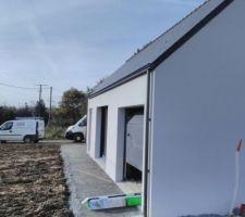 A l'avant et côté cellier, bande de propreté bien tassée et sur le reste du pourtour, petite bande de graviers : la façade restera propre !