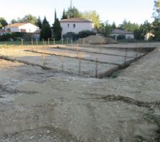 Après le séchage du béton les ouvriers ont disposé les ferrailles afin de préparer la suite du béton.
