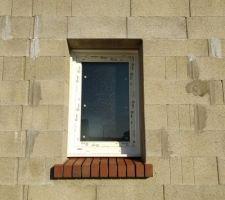 Pose des fenêtres et portes terminée avec appuis de fenêtre en briquette