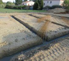 Puis les toupies sont arrivées et ont déversé des tonnes de béton dans le fond des fondations ! Ce fut impressionnant à voir !