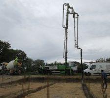 On a vu débarquer cette grande grue pour remplir les fondations de béton ! Rapide et efficace !!!