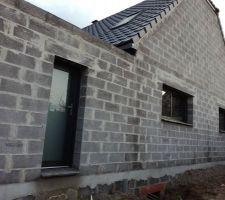 Facade sud : porte de service, fenêtre coulissante de cuisine et fenêtre fixe de salle à manger