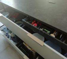 1m80 de largeur pour les tiroirs de l'îlot + tiroir à l'anglaise pour les couverts