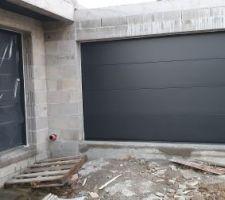 Vue de dehors de l'entrée et du garage
