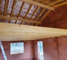 Charpente traditionnelle dans le garage, isolation par le toit avec de l'Actis. Et mezzanine qui servira de grenier.