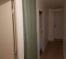 Mise en place rideau placard couloir