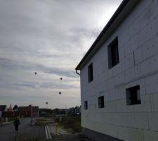 Façade nord avec quelque montgolfière en arrière plan