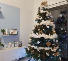 Sapin de Noël blanc et naturel
