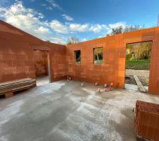 Vue fenêtre futures toilettes et cellier avec accès garage.
