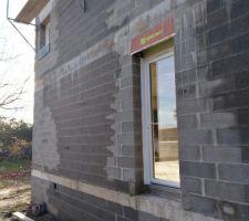 Vue porte donnant dans buanderie et future terrasse