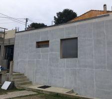 La vieille maison reconstruite en blocs ICF Performance, collée à l'agrandissement. Maintenant il faut monter l?étage.
