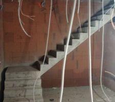 La coffrage de l'escalier a été retiré.