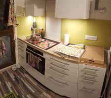 Élargissement de la crédence verte, pose d'un nouveau meuble à côté du frigo et pose de l'éclairage