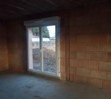 La porte fenêtre donnant sur la cuisine/terrasse sud