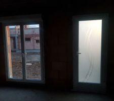 Porte d'entrée et porte cuisine / terrasse sud