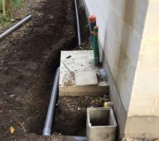 Pose des évacuations eau de pluie vers la tranchée drainante