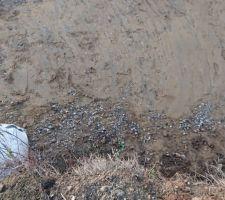Rajout de terre compactée pour lier les gros graviers