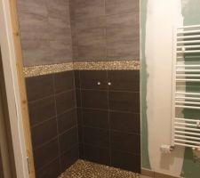 Voici la faïence de notre douche à l'italienne dans la salle de bains