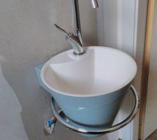 Lave-mains (cône Décotec coloris baltique)et ses arrivées d'eau bien (trop) visibles ;