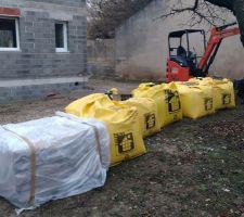 Réception matériaux pour préparer fondation terrasse