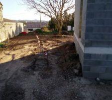 Les massifs sont fait avec ferrailles pour futurs pots béton qui soutiendront la terrasse