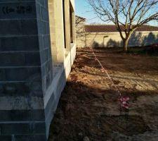 Massifs béton et ferrailles en attente des futurs plots béton façade sud