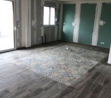 Le tapis de carreaux mosaiques en place pour l'ilot central