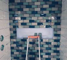 Joli panaché de bleu et gris pour la faïence de la douche italienne des garçons.