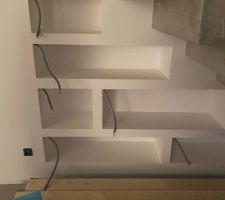 Niches sous escaliers avec attente pour un éclairage LED.