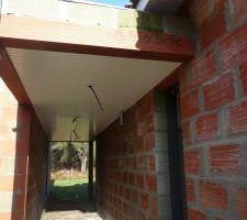 Finition sous le porche entre l'entrée et le garage