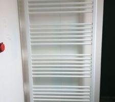 Sèche serviette radiateur sdb parentale.ils ont dû le mettre contre le mur  de la douche car sur la mur parallèle à  la porte cela ne passait pas..  cest un changement mineur