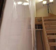Ratissage complet des murs à l'enduit de finition