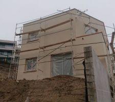 2éme couche d'enduit sur les façades.