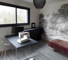 Bureau/atelier (chambre) ; valchromat sur verre et... papier peint...