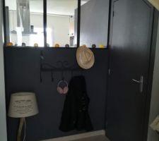 Entree de l'autre cote du coin petit dejeuner, mur en peinture ardoise gris hyppo, verriere, WC à droite