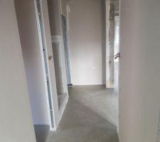 L'entrée , à gauche les WC , puis le mini dressing avec accès sur le garage