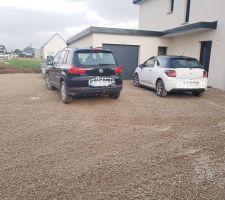 Nous pouvons enfin rentrer nos véhicules, très contente du terrassier qui reviendra bientôt remettre le jardin à plat.
