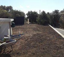 Livraison terre végétale et mise en place de la clôture aluminium.