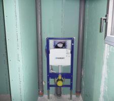 Installation en cours des WC suspendus dans la salle de bain de la suite parentale.